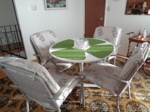 Dining table & 4 chairs.