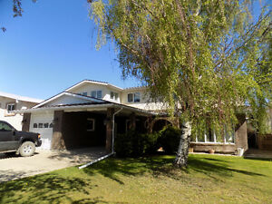 Large South Lethbridge Two Storey with 4 Bedrooms Up!