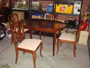 Beautiful Gibbard Chantilly Oval Table with 4 Chairs - $550
