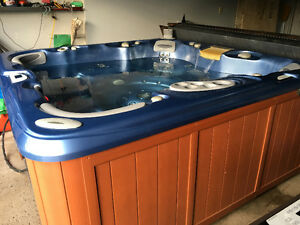 Beautiful fully loaded Sundance hot tub top of the line + stereo