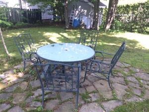 Table de patio avec parasols et 4 cousins