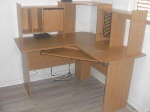 Bureau d'ordinateur en L