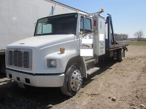 2000 Freightliner LF180 - Hydraulic Deck holds 2 cars + tows 1