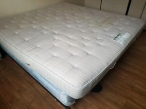 King size bed for sale/Très grand lit à vendre