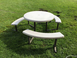 Picknic Table With Swivelling Seats