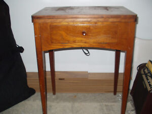 ANTIQUE TABLE WITH SEWING MACHINE, MACHINE A COUDRE