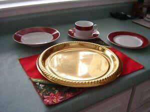 Service de vaisselle en porcelaine à bordure rouge et dorures