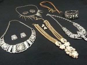 ASSORTED COSTUME JEWLERY SEVERAL PIECES