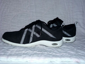 Denver Hayes Running Shoes : like NEW .. Size 8