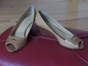 Ladie's shoes,sandals,like new,sz 10,skates,boots,runners $15 Sarnia Sarnia Area image 9