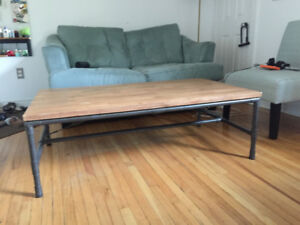BEAUTIFUL INDUSTRIAL DESIGN COFFEE TABLE WITH PIPE LEGS AND WOOD