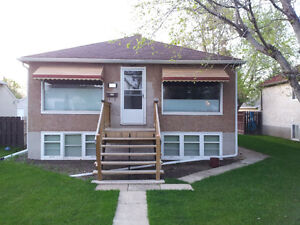 Bright,Sunny Basement Bachelor Suite close to 109 Street UofA