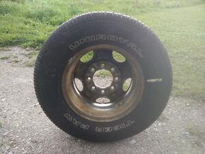 1 pneu d'hiver à clous avec jante.