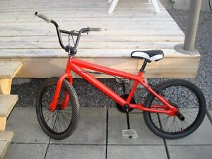 Rogue et noir BMX Red and black BMX