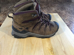 Ladies size 6 KEEN hiking books