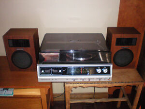 VINTAGE REALISTIC CLARINETTE 98 STEREO RECORD PLAYER.