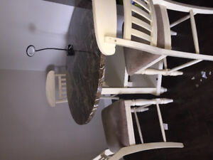 Beautiful dinning room round table and 4 chairs