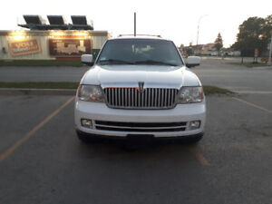 White  Lincoln Navigator - Like New condition
