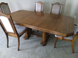 Solid oak dinning room table,plus 6 chairs.