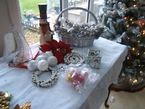 GROUP OF CHRISTMAS DECORATIONS