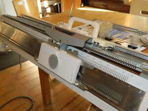 STUDIO 860 ELECTRONIC KNITTING MACHINE AND RIBBER COMBINATION