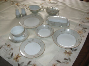 set de vaisselle 12 couverts en porcelaine de Chine annee 1960