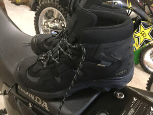 MENS KEEN WINTER BOOTS - SIZE 9 US