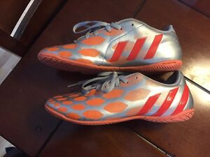 Girls Soccer Shoes Size 8.5 London Ontario image 4