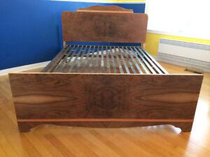 lit antique en bois de merisier