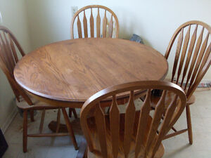$250 - SOLID OAK Dining room table with 4 matching oak chairs