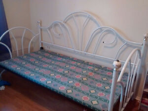 White/floral day bed
