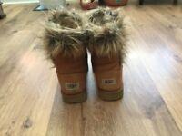 Ugg Style Toggle Short Boot Size 4