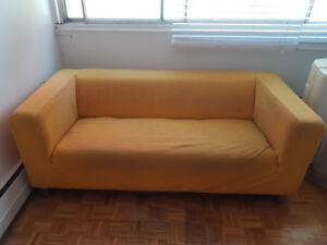 Causeuse avec housse jaune / Loveseat sofa with yellow cover