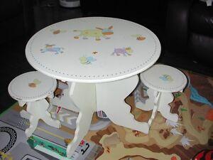 TABLE A MANGER AVEC 2 CHAISES