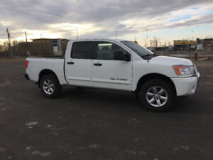 2014 Nissan Titan SV 4x4 pickup with low low miles/ very clean