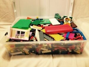 Large Collection of Lego - 17+ Lbs in Rubbermaid Container