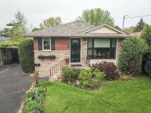ADORABLE GRIMSBY BUNGALOW... LAKESIDE OF TOWN!