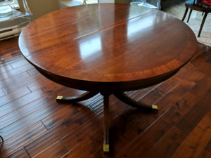 Classic Round Pedastal dinning room table.