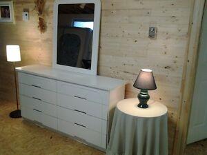 Bureau de chambre à coucher et grand miroir