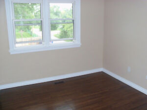 """""""MATURE FEMALE""""!!!-ONE ROOM AVAILABLE - BY ST DENNIS CENTRE!! Windsor Region Ontario image 5"""