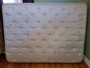 Simmons Queen Size Pillow Top Mattress and Box Spring