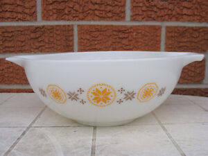 PYREX TOWN AND COUNTRY 444 BOWL and CASSEROLES London Ontario image 2