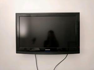 "32"" Samsung 720p HDTV LCD Flat Screen TV Television"