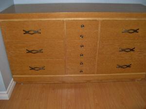 Commode 9 tiroirs et table de chevet en placage de bois (chêne)