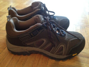 NEW - CSA Approved - Steel Toe Shoes - Ladies size 7 - VIBRAM so