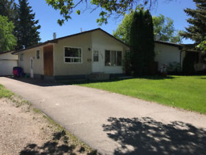 LARGE 1200 SQ FT HOUSE 5 BEDROOMS, NICE AREA, FENCED YARD