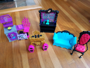 Monster high sets and dolls