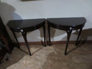 Tables demi-lune avec tiroir, pattes Queen-Anne 75$ chaque.