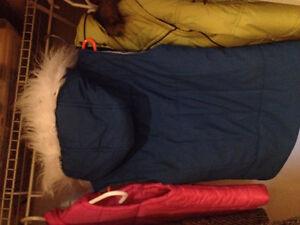 Veste sans manches bleue - capuchon fourrure blanche Twik Simons Saguenay Saguenay-Lac-Saint-Jean image 4