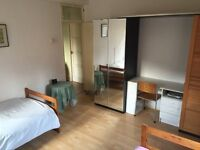 Extra Large Twin Room In Front of Stockwell Metro. Zone 2. Only £100 Deposit.